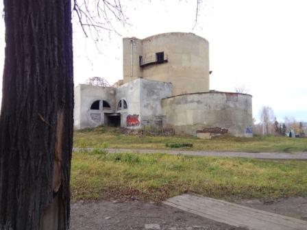 Экстравагантное сооружение в центре Суксуна - местный ДК (заброшенный)